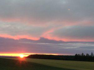 宿の近くから見た夕日。